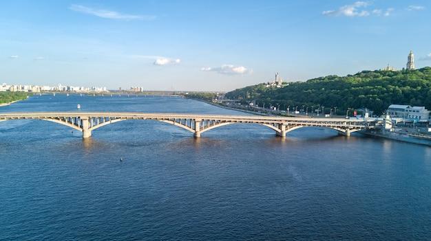 Luftdrohnenansicht der eisenbahnbrücke