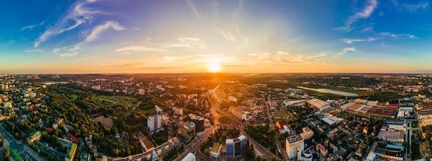 Luftdrohnenansicht der innenstadt von chisinau panoramablick auf mehrere gebäudestraßen park mit üppigem