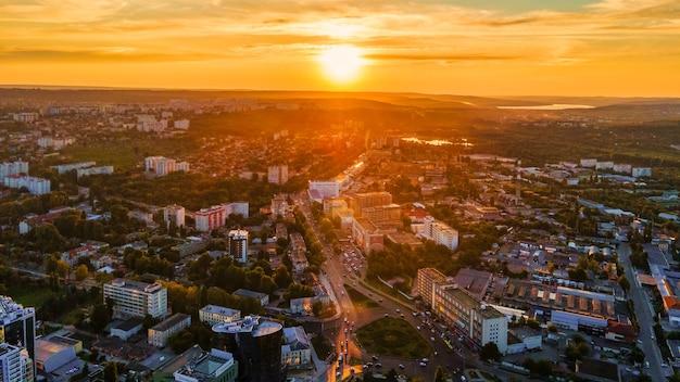 Luftdrohnenansicht der innenstadt von chisinau panoramablick auf mehrere gebäudestraßen üppiges grün