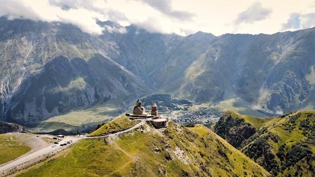 Luftdrohnenansicht der natur in georgia caucasus mountains gergeti trinity church auf der spitze
