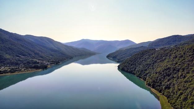 Luftdrohnenansicht der natur in georgien. fluss aragvi, mit grün bedeckte hügel