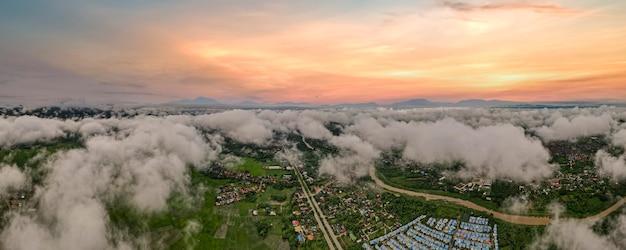 Luftdrohnenansicht der stadt lampang thailand, der nebel der regenzeit am morgen, die form der banner für das konzept.