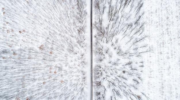 Luftdrohnenansicht der straße in idyllischer winterlandschaft