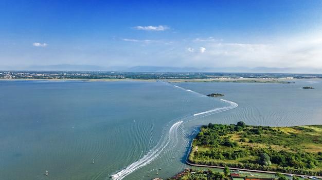 Luftdrohnenansicht der venezianischen lagune und des stadtbildes der insel venedig im meer von oben, italien