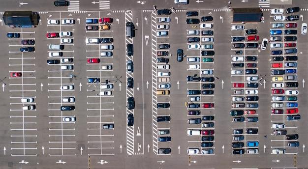 Luftdrohnenansicht des parkplatzes mit vielen autos von oben, stadtverkehr und stadtkonzept
