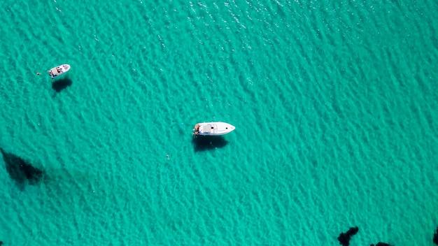 Luftdrohnenansicht des weißen luxusbootes oder der yacht im türkisfarbenen wasser am sommertag.
