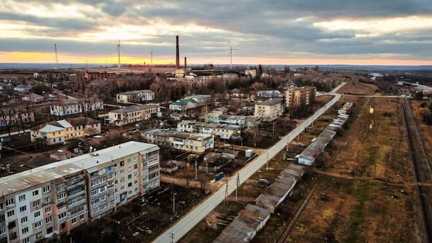 Luftdrohnenansicht eines dorfes in moldawien im herbst alte sowjetische gebäude dunkle farben