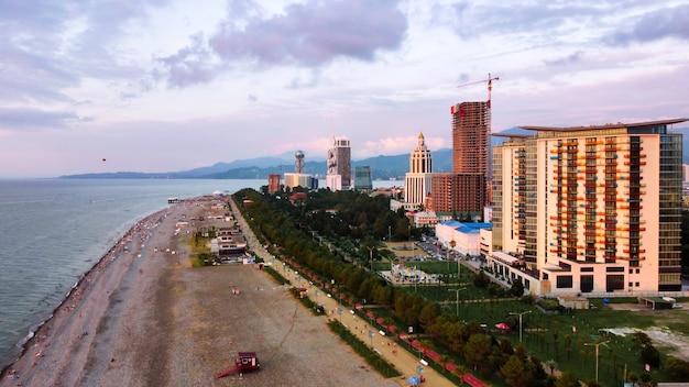 Luftdrohnenansicht eines strandes bei sonnenuntergang hotels und restaurants am schwarzen meer