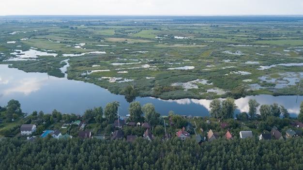 Luftdrohnenansicht von blauen seen und von grünen wäldern. schöne sommerlandschaft in finnland.