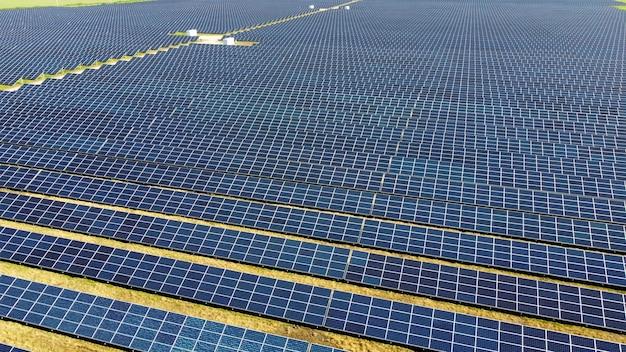 Luftdrohnenansichtsflug über solarkraftwerkspanels.