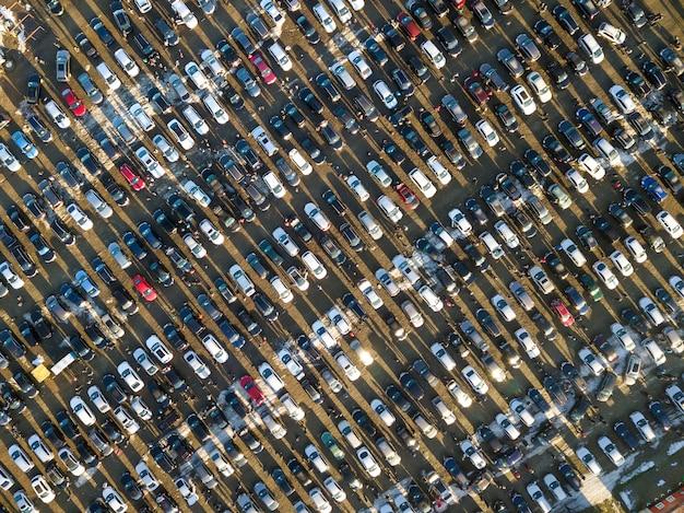 Luftdrohnenbild vieler autos, die auf parkplatz geparkt sind, draufsicht.