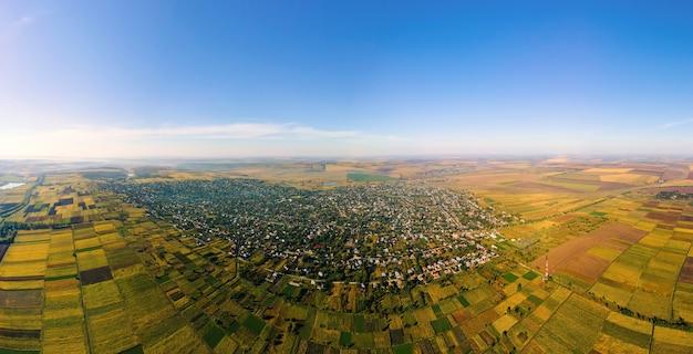Luftdrohnenpanoramablick auf die natur in moldawien. dorf, weite felder