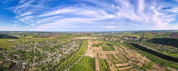 Luftdrohnenpanoramablick auf eine natur in moldawien