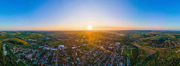Luftdrohnenpanoramablick von tipova moldova bei sonnenuntergang straßen wohngebäudefelder