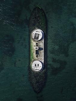 Luftdrohnenschuss eines zerstörten schiffes im meer