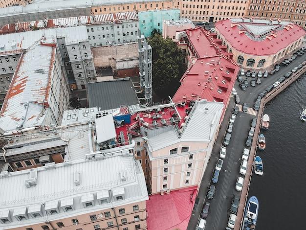Luftfoto der mitte von st petersburg, dächer, flussboote