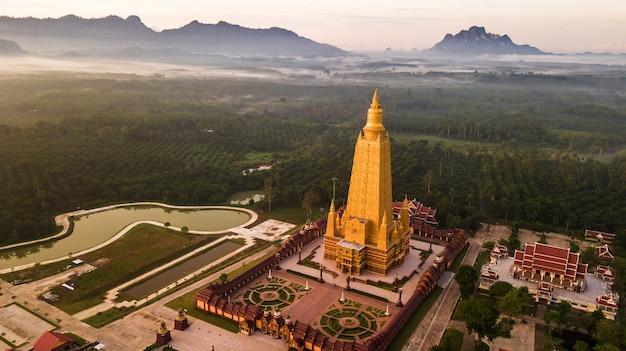 Luftfoto der schönen atmosphäre der tempel morgens, thailand.