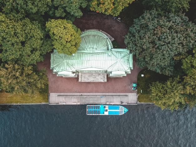 Luftfoto des flussschiffs, moika-fluss, mikhailovsky-park, st petersburg, russland