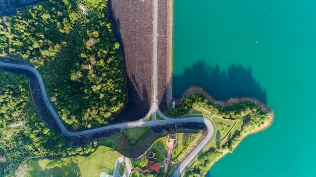 Luftfoto vom fliegenbrummen der asphaltstraße um die verdammung, schöne naturlandschaft
