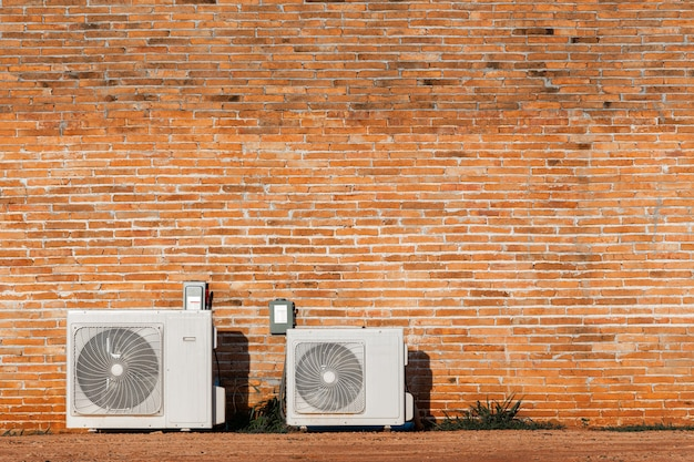 Luftgekühlte kondensatoren isoliert auf roter backsteinmauer