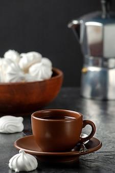 Luftige geschlagene proteinkuchen mit einer tasse aromatischem kaffee mit exemplar
