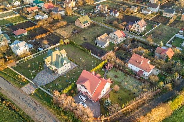 Luftlandschaft der kleinstadt oder des dorfes mit reihen der wohnhäuser und der grünen bäume.