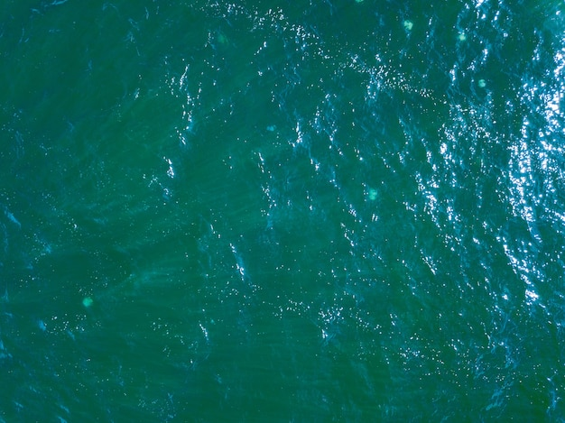 Luftoberflächenansicht wasseroberflächenhintergrund. vogelaugen-meeresoberflächenfoto von der drohne. blauer ozean von oben. minimaler natürlicher hintergrund.
