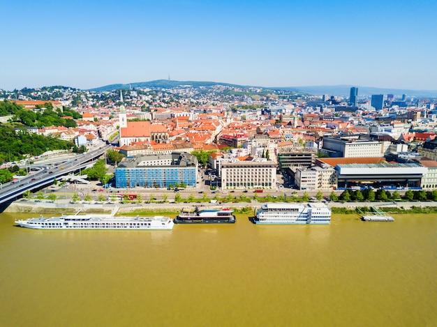 Luftpanorama der donau in bratislava. bratislava ist eine hauptstadt der slowakei.