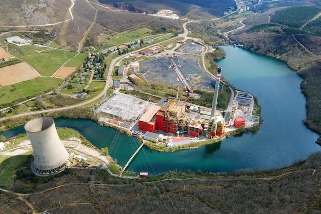 Luftpanorama des industriegebiets mit schornsteinen des wärmekraftwerks oder der station
