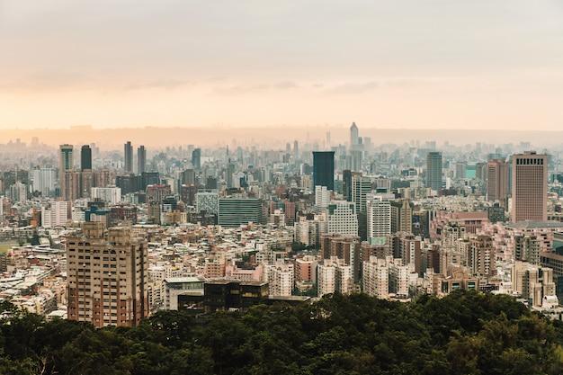 Luftpanorama über im stadtzentrum gelegenem taipeh mit schichten berg im hintergrund
