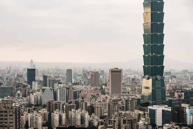 Luftpanorama über im stadtzentrum gelegenem taipeh mit taipeh-wolkenkratzer