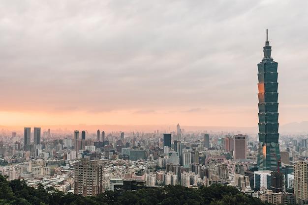 Luftpanorama über im stadtzentrum gelegenem taipeh mit wolkenkratzer taipehs 101