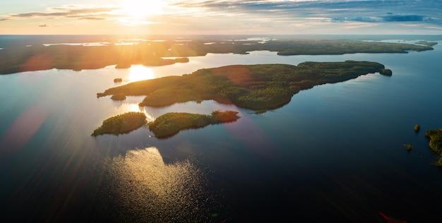 Luftpanoramaansicht des suoyarvi-sees bei sonnenuntergang, umgeben von wäldern von karelien, russland