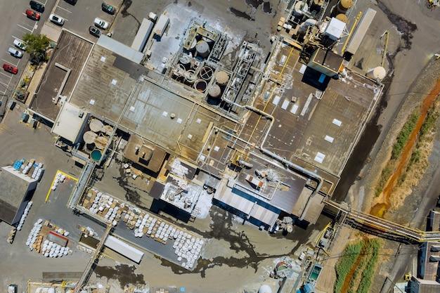 Luftpanoramablick auf eine industrieanlagenzone der chemischen fabrikproduktion