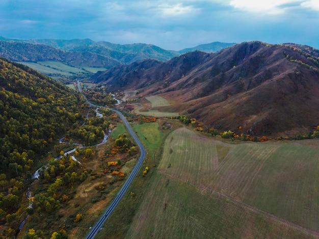 Luftpanoramablick der herbstlichen berglandschaft bei sonnenuntergang. drohnenschießen des szenischen herbstes