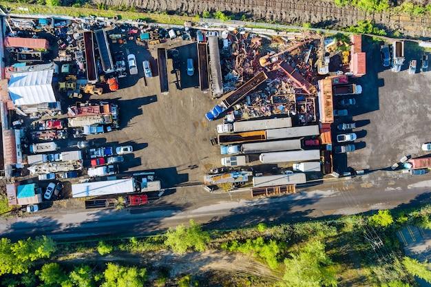 Luftpanoramablick-metallschrott als abfall, der in einem teil auf dem schrottplatz zum recycling gesammelt wird