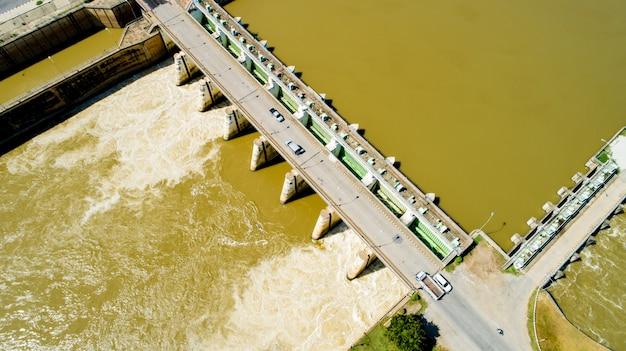Luftschießenfrühlingsflutwasser, das staudamm des wasserkraftwerks fließt