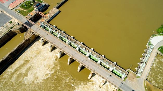 Luftschießenfrühlingsflutwasser, das staudamm des wasserkraftwerks fließt.
