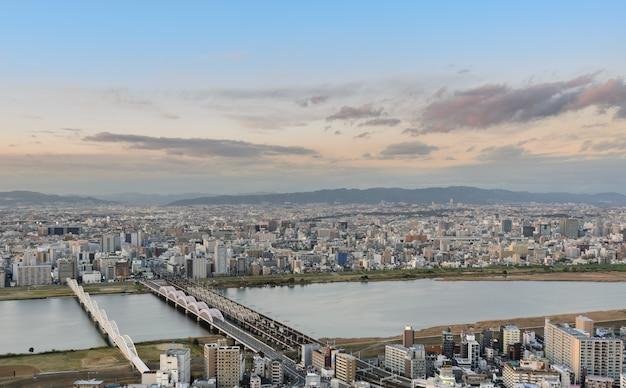 Luftsonnenuntergangansicht des stadtbildgeschäfts im stadtzentrum gelegen in osaka, japan