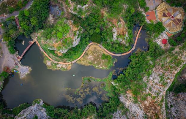 Luftüberblick khao ngoo mountain rock oder snake mountain rock sind hohe klippen und wahrzeichen ratchaburi provinz thailand