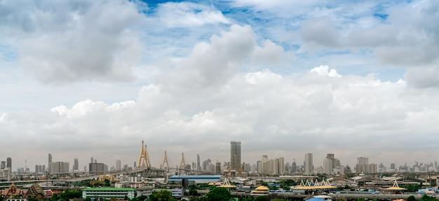 Luftverschmutzung in bangkok, thailand. pm 2.5 konzept. schlechte luftqualität mit staub gefüllt pm 2.5. schlechtes wetter über wolkenkratzer-geschäftsgebäude. modernes gebäude und brücke im stadtbild.