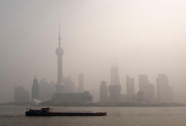 Luftverschmutzung über shanghai, ein lastkahn fährt vorbei
