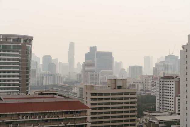Luftverschmutzungseffekt machte stadtbild mit schlechter sicht mit dunst und nebel vom staub in bangkok, thailand.