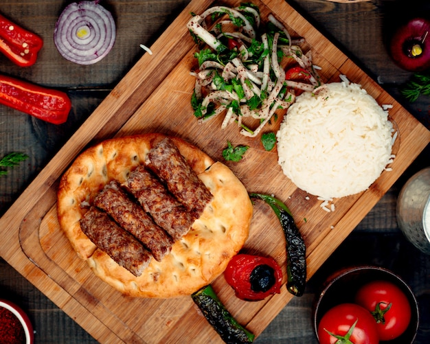 Lula kebab auf brot mit reis