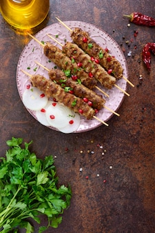 Lula kebab ist ein traditionelles arabisches gericht. fleischschaschlik auf holzspießen. die draufsicht