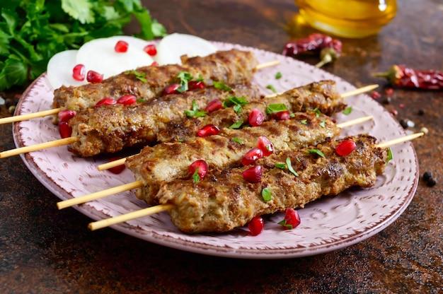 Lula kebab ist ein traditionelles arabisches gericht. fleischschaschlik auf holzspießen.