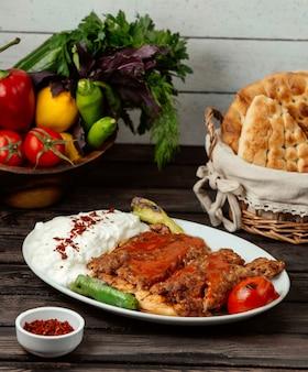 Lule kebab auf den tisch gelegt