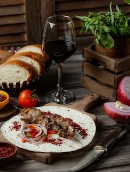 Lule-kebab mit zwiebelsalat im lavashbrot