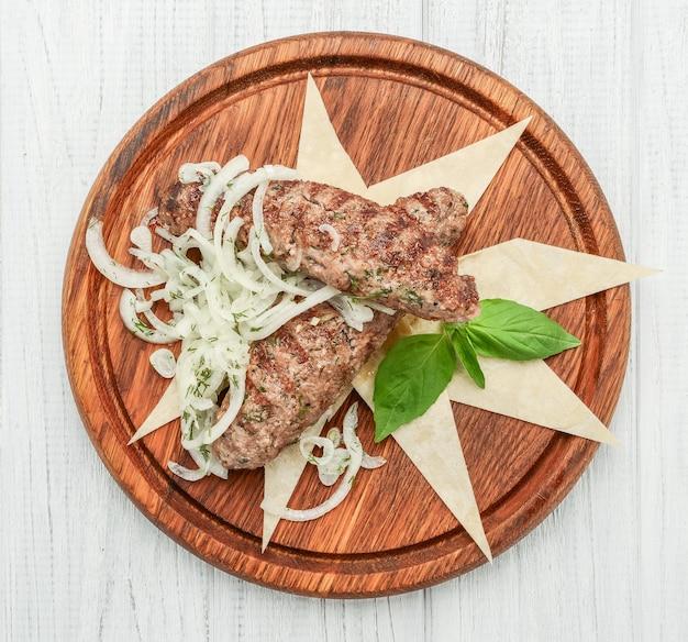 Lulya kebab, fleisch auf dem grill, hackfleisch auf dem grill