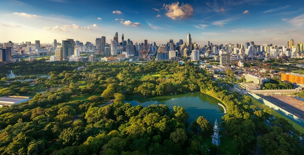 Lumpini park und bangkok stadtgebäude